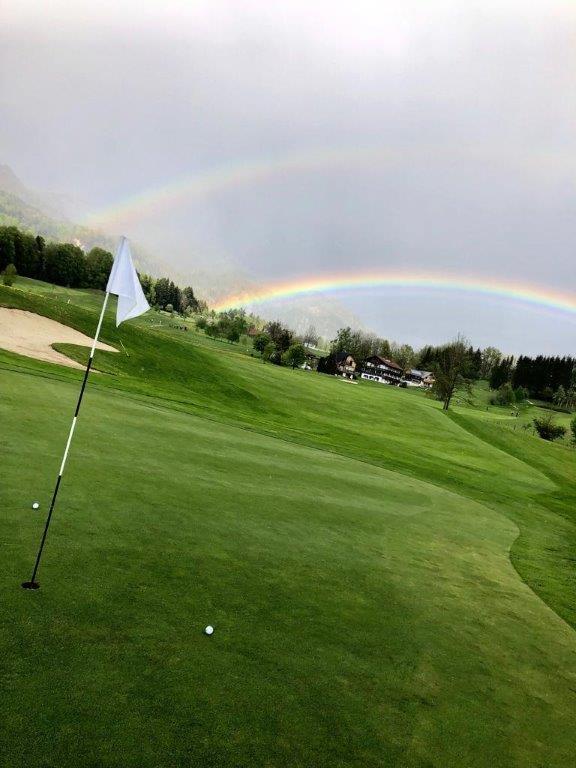 Regenbogen und Golffahne