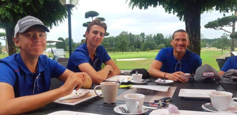 Mannschaft GC Liebenau am Tisch beim Kaffeetrinken