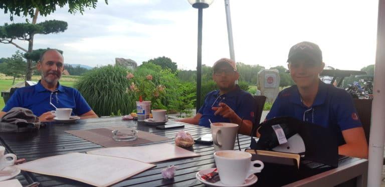Mannschaft GC Liebenau am Tisch beim Kaffetrinken